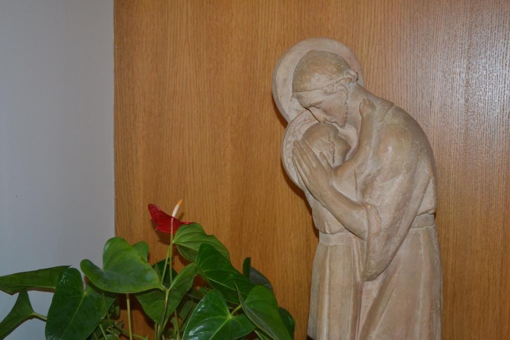 Statue de Saint Joseph avec Jésus à l'accueil Saint Joseph à Torfou
