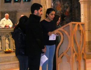 Jeunes Irakiens priant le Notre Père en araméen.
